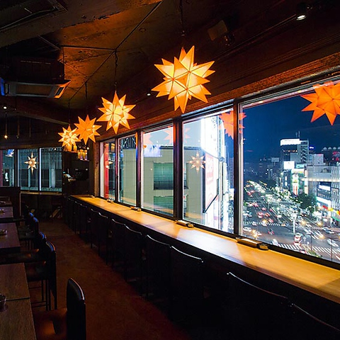 アーティスティックな空間に広がる地上9階から眺めるパノラマ夜景