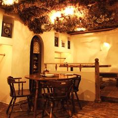 【メインフロア】天井のドライフラワーが印象的なメインフロアの丸テーブル席。