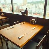 4名様までご利用いただけるテーブル席。お子様用の椅子も多数ご用意しておりますのでご家族連れの方やママ会などにもピッタリのお席となっております。