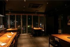 広々としたテーブル席は居心地満点です。夜景を見渡す人気のテーブル席です。