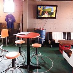 2階:立ち飲みも出来るテーブル席。目の前には大きなテレビもあって、スポーツ観戦にはベストポジション!