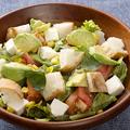 料理メニュー写真トマトアボカドクリームチーズのバケットサラダ