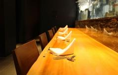 カウンター席は全部で4席。おひとり様でのご来店も心よりお待ち申し上げております。