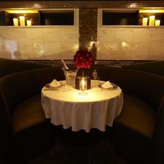 フロアの最奥に用意されたVIP感漂う革張りのラウンドソファ席。カーテンで区切られ2名個室に♪大人女子会や誕生日・記念日デート、また合コンなどに◎