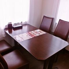 1名から、4名、10名などシーンに合わせて様々な人数に対応できるテーブル席がございます。