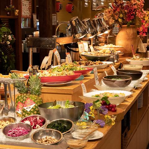 東京駅から徒歩5分。人気のビュッフェスタイルは野菜中心の創作料理約50種食べ放題!