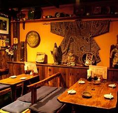 古民家風のテーブルと木目が落ち着く店内