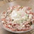 料理メニュー写真マッシュポテトと温泉卵・生ハムと豆乳チーズの ハニーマスタードサラダ