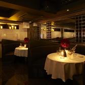 純白のクロスが敷かれたテーブル&革張りのシートが配されたメインテーブル席。贅沢なひと時を…