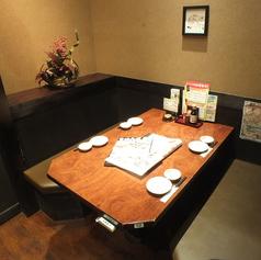 4名様用のテーブル席。じっくり語るなら個室がオススメ。