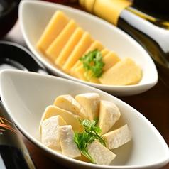 料理メニュー写真ペッパークリームチーズ/パルミジャーノ・レッジャーノチーズ/カマンベールチーズ/スモークキャンディーズ