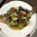料理メニュー写真丸ごと鮮魚のアクアパッツァ