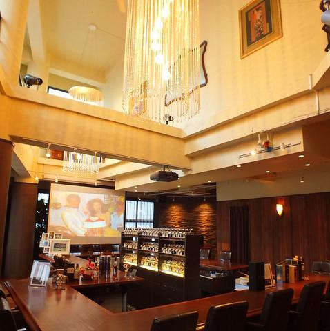 天井が高く開放的な店内★結婚式二次会や会社のパーティーにおすすめ♪