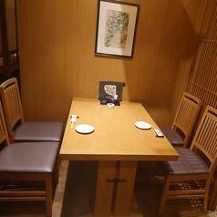 カジュアルに使えるテーブル席。