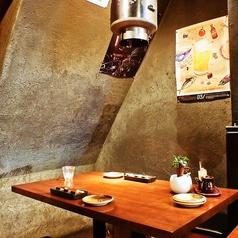 奥のテーブルはいい感じの静かな空間です。最大宴会人数は60名様まで対応しております!貸切人数は50名様~75名様まで対応しておりますので渋谷で大人数の宴会、飲み会をされる際には是非当店をご利用ください!少人数での宴会、女子会ももちろん大歓迎です!【渋谷 肉 飲み放題】