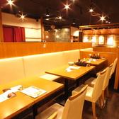 並んで座れるテーブル席をご用意しております。優しい灯りが照らす居心地の良い空間で素敵な一時をお過ごしください。