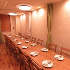 【3階】パーテーションやカーテンで区切って使える空間は6・8・12・16・20・35名までの個室として利用可能。