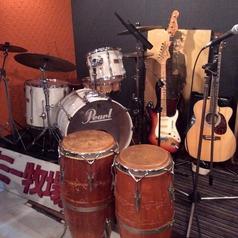 楽器も、ドラム・ギターetc...♪音好きの店長と楽しくお話ししながら歌えちゃうかも!?