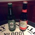 【左:ハイネケン】フルーティーな味わいが特徴のオランダのラガービール【右:バドワイザー】世界販売量No.1!言わずと知れたアメリカの代表的なビール