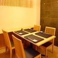 ランチなどにも人気のテーブル席をご用意しております。こだわり素材満載の絶品料理を、極上の雰囲気とともに心ゆくまでお愉しみください。