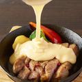 料理メニュー写真厚切りポークソテーの鉄板焼き 4種のとろのびチーズかけ