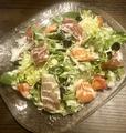 料理メニュー写真10種の食材のイタリアンサラダ