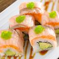 料理メニュー写真炙りサーモンとアボカドのロール寿司