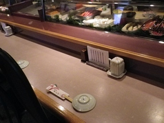 板前さんとの会話を楽しめる人気のカウンター席。目の前で握られる好みのお寿司を存分に堪能しながら、ゆっくりとカウンターでの魅力をお楽しみください。