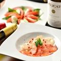 料理メニュー写真サーモンとホタテのカルパッチョ/パルマ産生ハム/モッツァレッラのカプレーゼ