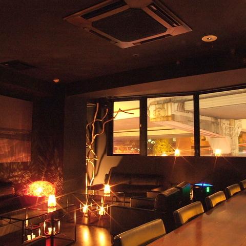非現実的な空間でお好きなお酒を飲みながら思い思いの時間をお過ごしください