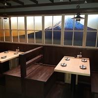 富士山や自然が描かれた窓を眺めながら山梨気分でお食事