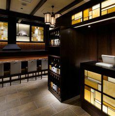 落ち着きのある雰囲気の中、揚げたての串カツと銘酒をお楽しみください。
