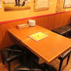 4名様用のテーブル席。ふらっとお仲間内でも、会社帰りでもお気軽にご利用ください。