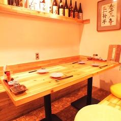 【2階】木の温かみある店内は居心地のいい寛ぎ空間。さらに日本酒焼酎や梅酒のボトルが和の空間を演出★