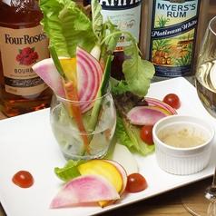 料理メニュー写真新鮮野菜のバーニャカウダー エディフルフラワーを添えて