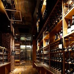 【ワインセラー】入口を入ってすぐ、ワインがずらっと並ぶワインセラーをご用意しております。多くの高級肉を取り揃えておりますのでお酒にもこだわり、乾杯にはスパークリングワイン、熟成肉には赤ワインなど、良質なドリンクをご提供いたします。