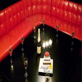 フロアの奥には赤いソファのラグジュアリ空間も♪広いテーブルと赤いソファでお洒落感を演出!女子会・誕生日会に大人気に部屋になります♪ガールズトークにも花を咲かせてください♪