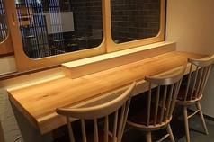 入口のカウンター席は、3名様にぴったりのお席。