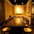 【2~18名様/テーブル個室】プロジェクター付きの完全個室は最大18名までOK。落ち着いたプライベート空間は、大人数の女子会・誕生日会・会社宴会・二次会・ランチ宴会にもピッタリ◎
