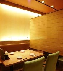 柔らかな光差し込むテーブル席。会話も弾みます