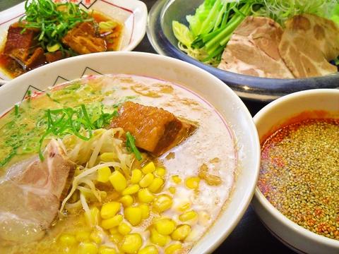 細めのストレート麺によくからむ、まろやかなとんこつスープの旨味を味わえる☆