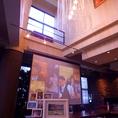 吹き抜けの天井や大型スクリーンはこのお店の魅力