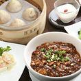 【本格中華を手軽にランチで。平日も休日もお得なセットをご用意】坦々麺やエビ炒飯、麻婆飯など6種から選べる麺or飯はボリュームも満点。京鼎樓大人気の海鮮五目焼きそばもお昼から味わえます。