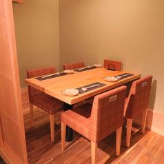 接待に最適。テーブル席個室は2名~4名でご利用可能です。