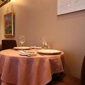 2名様用のテーブル席を多数取り揃えております。店内はピンクを基調としており、ゆっくりとお食事頂けます。