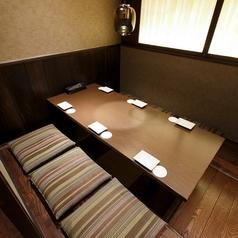 【最大6名様可能】少人数のご利用にピッタリの個室席です。掘りごたつの付いた、ゆったりくつろげるお席は、合コンや飲み会などのお集まりに最適です。足元も楽にしていただけますので、お話を楽しみたいお集まりにはおすすめです。