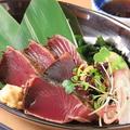 料理メニュー写真カツオの藁炙りタタキ