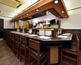 カウンターのみの、まさに大人の隠れ家といった雰囲気の店内。料理人が目の前で作る創作串揚げ料理を、臨場感たっぷりにお楽しみ下さい。