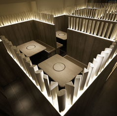 高く配置された仕切りなので個室の雰囲気でお召し上がり頂けます