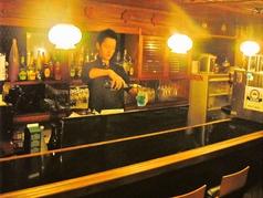 お酒を楽しめる落ち着いた雰囲気のカウンター